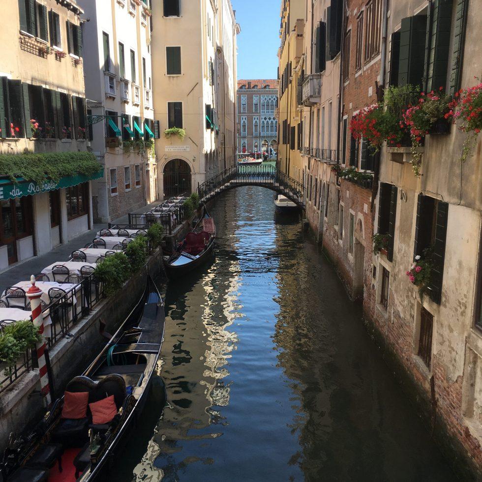 Kleiner Kanal in Venedig mit Blick auf den Canale Grande